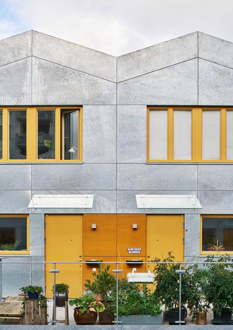 Bostäder i Finnboda Varv i Nacka. Fd Svetshall som omvandlats till bostäder. Bilden visar två entréer påinnergården.