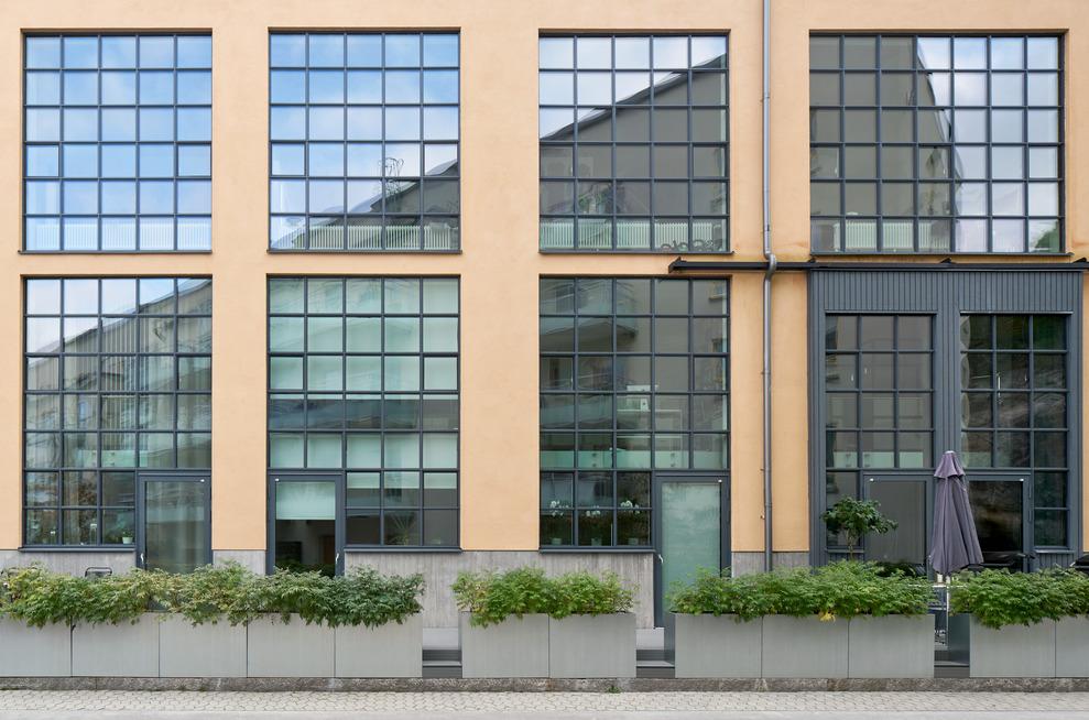 Bostäder i Finnboda Varv i Nacka. Fd Svetshall som omvandlats till bostäder. Bilden visar höga fönsterpartier.