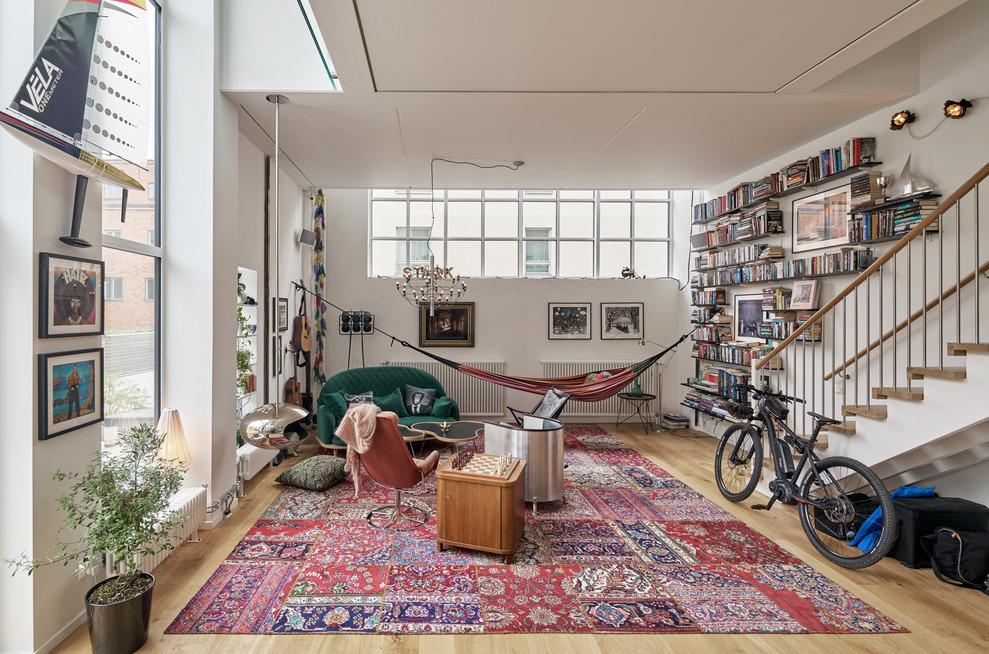 Bostäder i Finnboda Varv i Nacka. Fd Svetshall som omvandlats till bostäder. Bilden visar vardagsrummet i en av lägenheterna.
