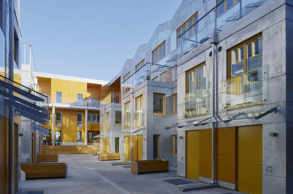 Bostäder i Finnboda Varv i Nacka. Fd Svetshall som omvandlats till bostäder. Bilden visar innergården.