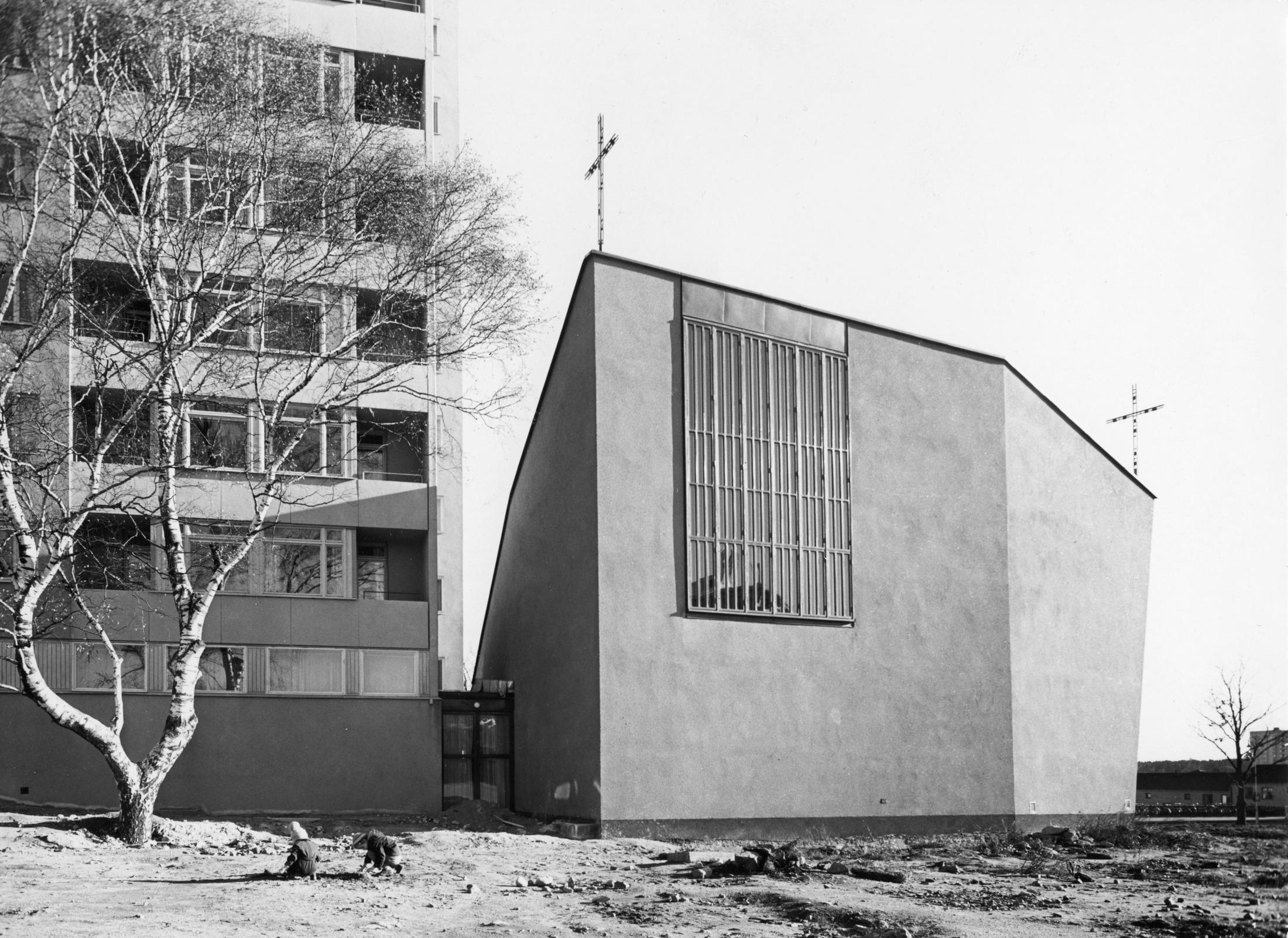 Västerortskyrkan i Vällingby, till vänster det hyreshus som byggdes samtidigt med kyrkan av församlingens pionjärer