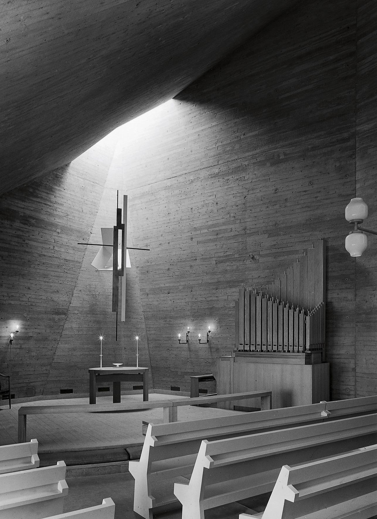 Interiör från Västerortskyrkan i Vällingby.