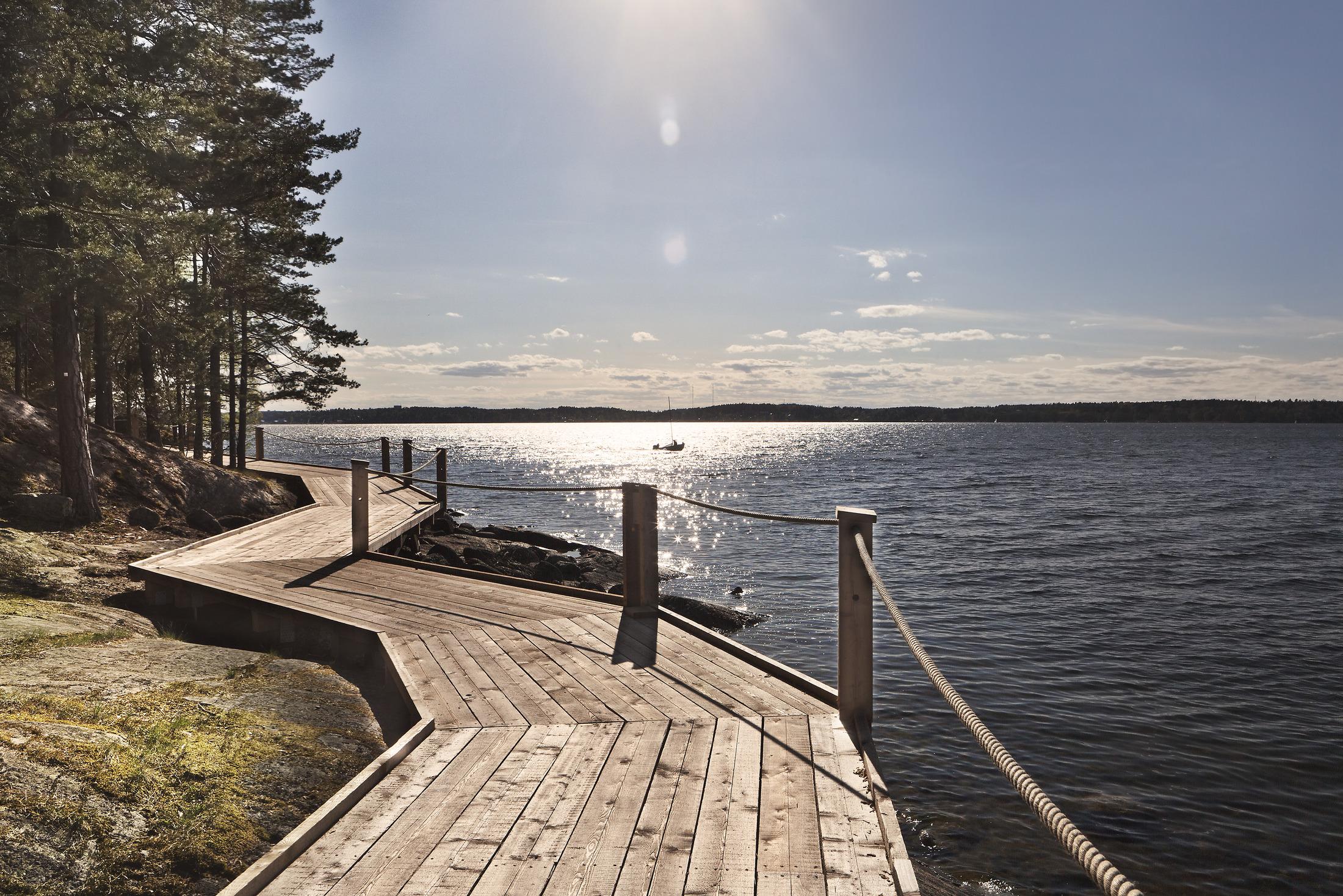 Strandpromenaden i trä längs vattnet vid konsthallen Artipelag på Värmdö.