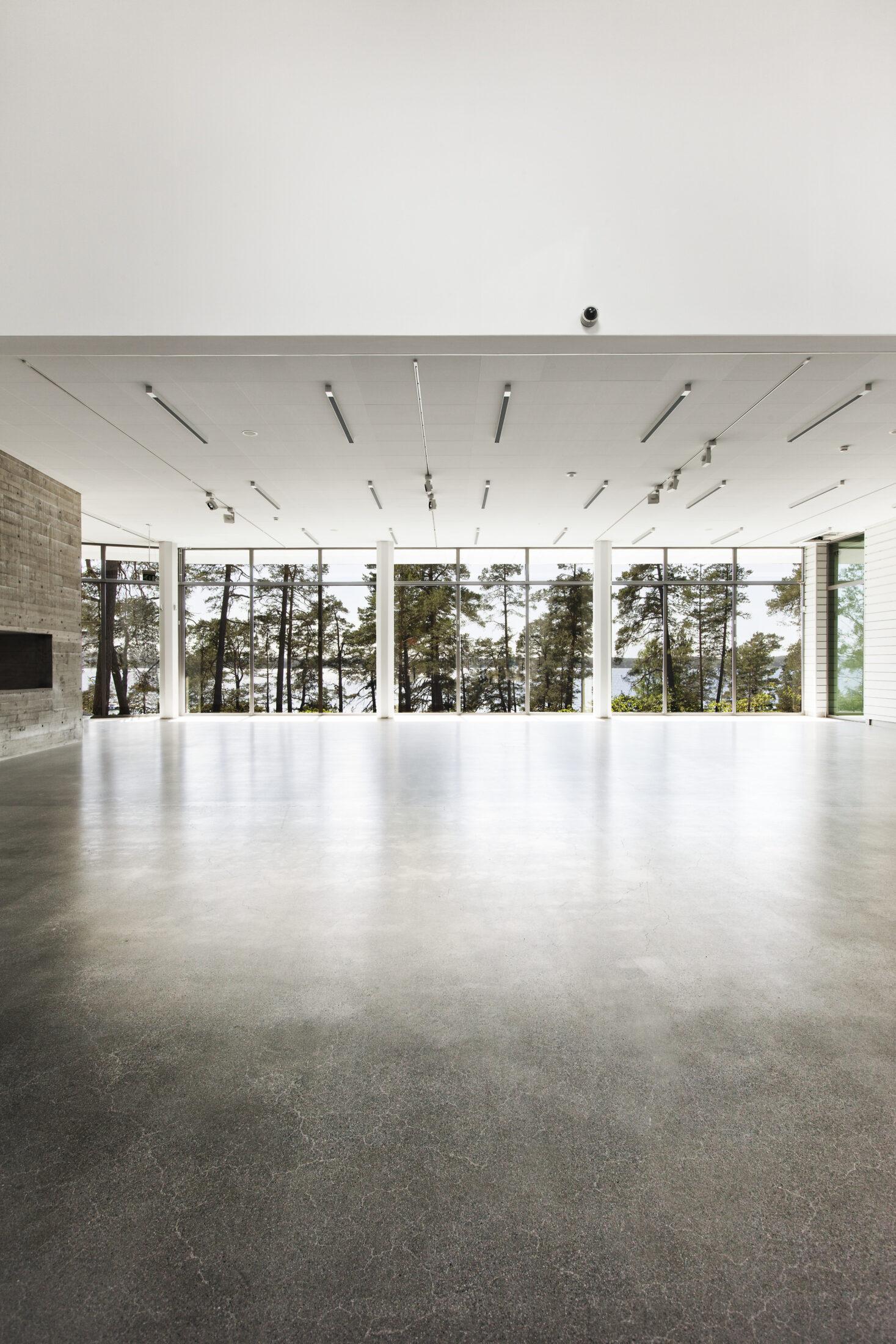 Från entréhallen på konsthallen Artipelag på Värmdö möts man av stora fönster som fångar den vackra tallskogen på utsidan.