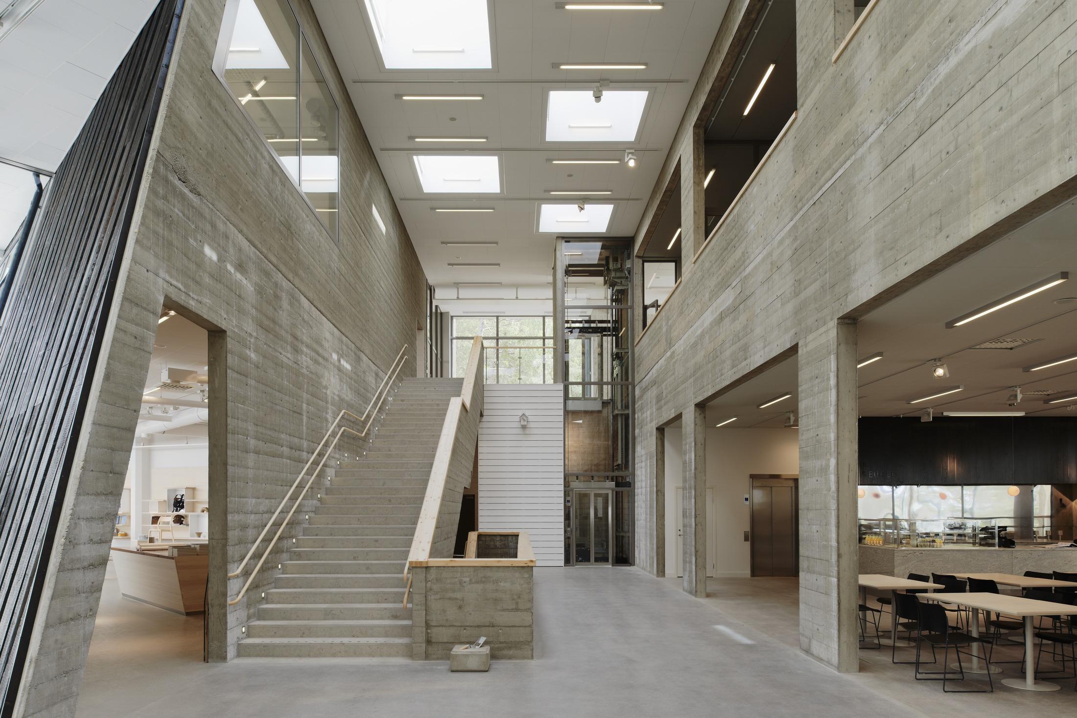 Interiör från konsthallen Artipalag på Värmdö. Trappan från entréhallen upp till restaurangen.