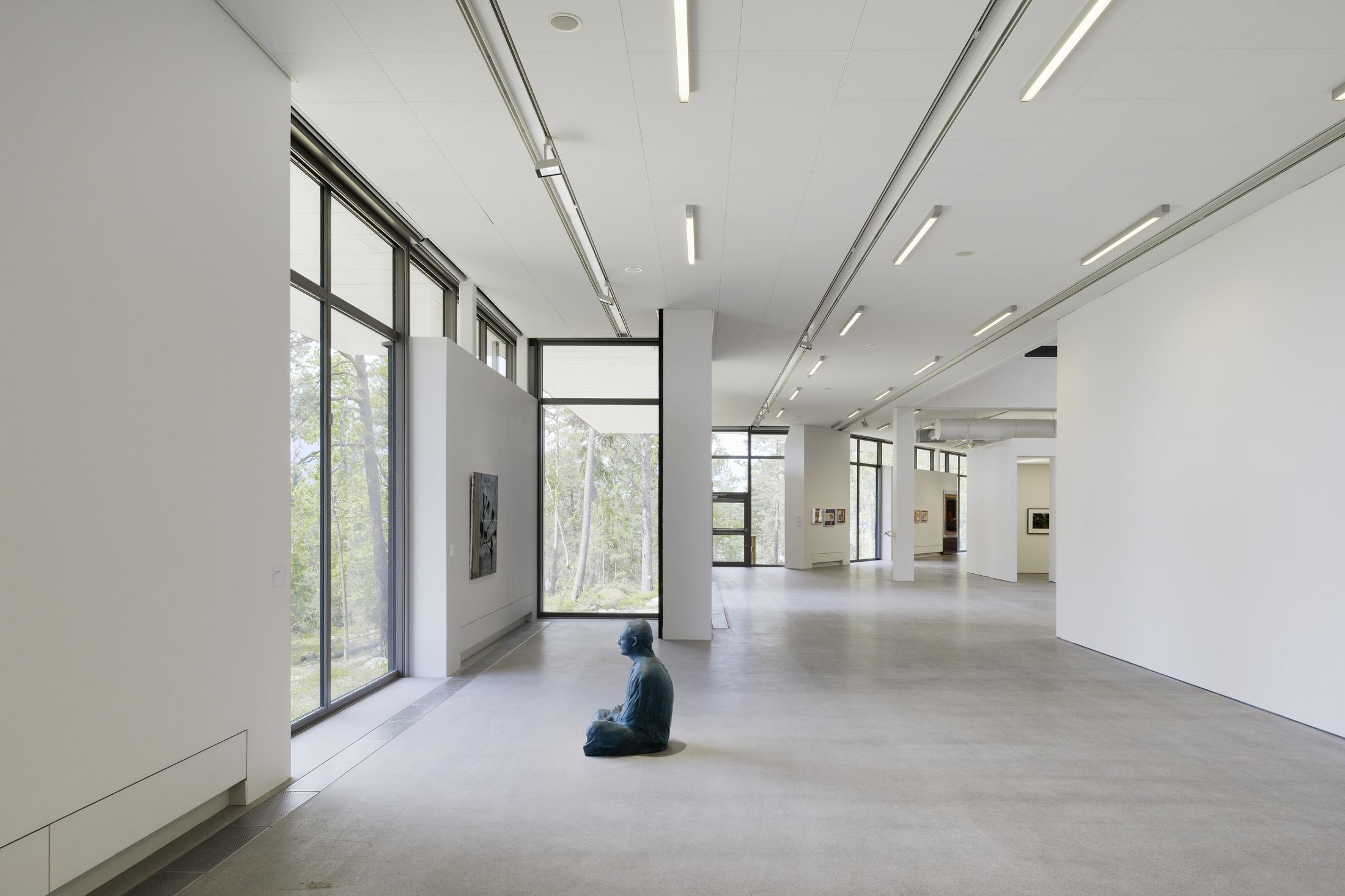 Utställningslokal i konsthallen Artipelag. Vita väggar, stora fönster.