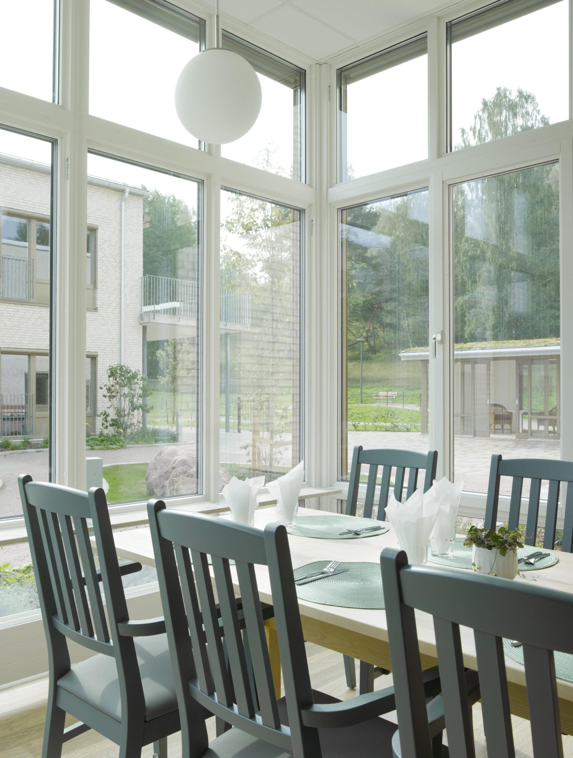 Ljus matplats med höga fönster i Råsvägens vård- och omsorgsboende