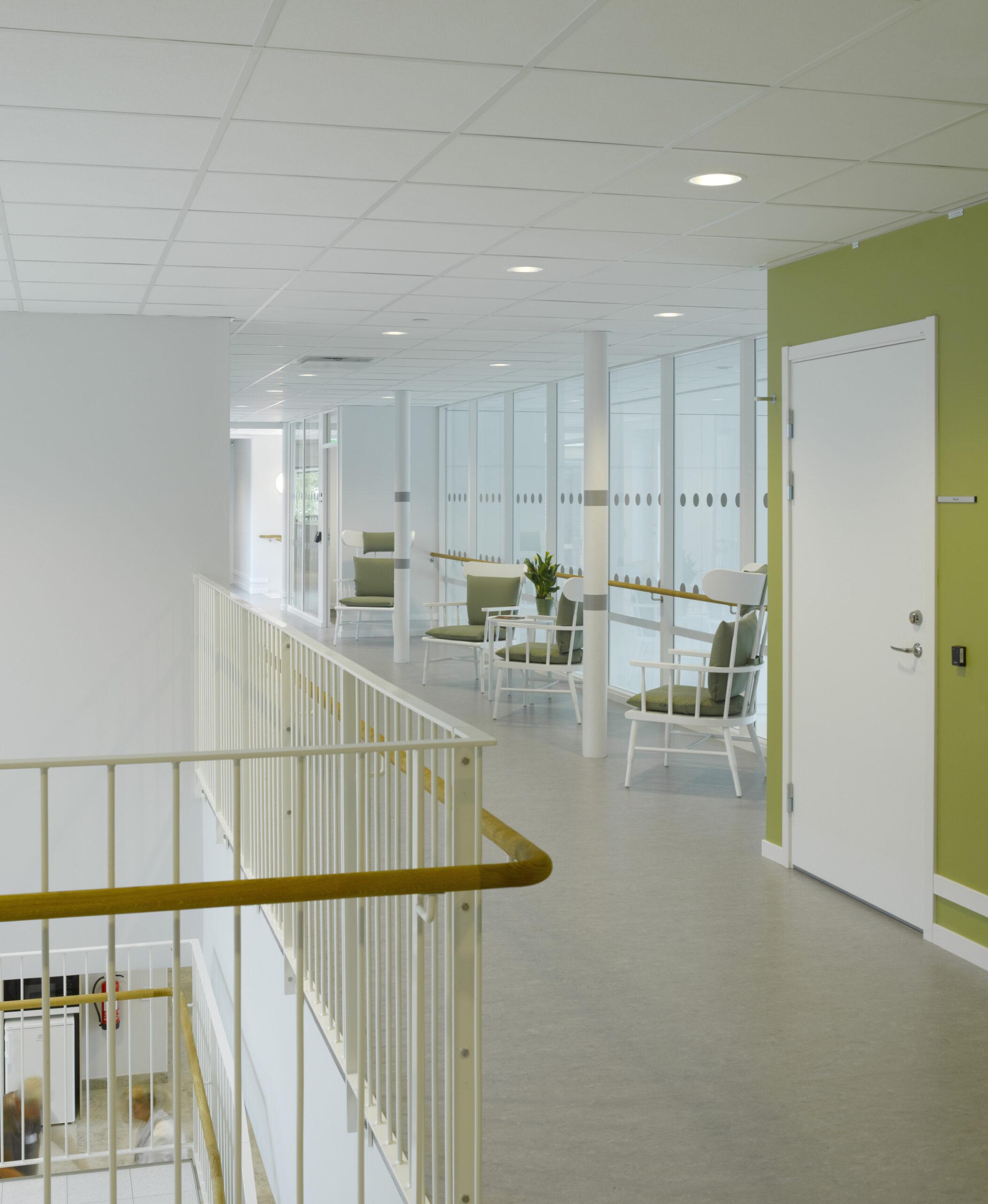 Sittplatser med fin överblick över lokalerna i Råsvägens vård- och omsorgsboende