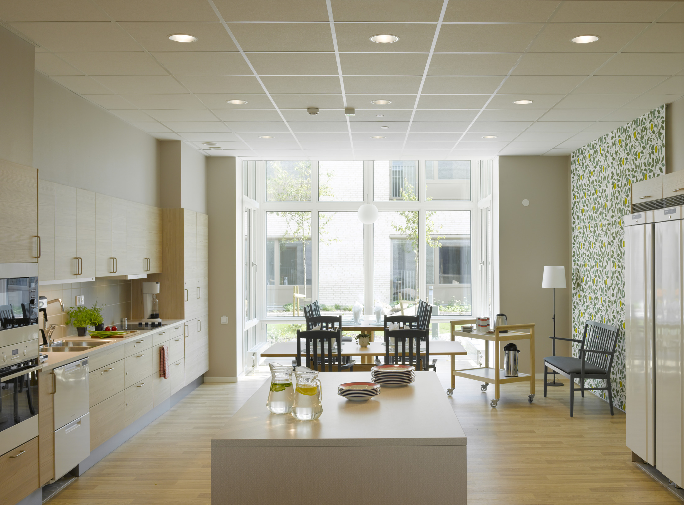 Ljuset tar sig in i köket på Råsvägens vård- och omsorgsboende