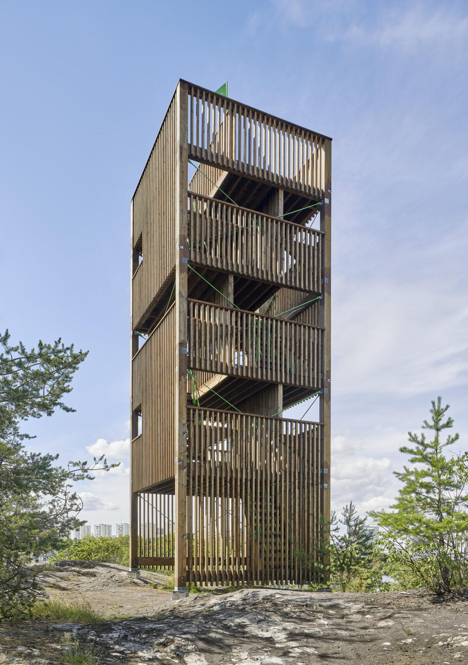 Högst upp i Årstabergsparken finns ett klättertorn i trä. Utsikten är vid.