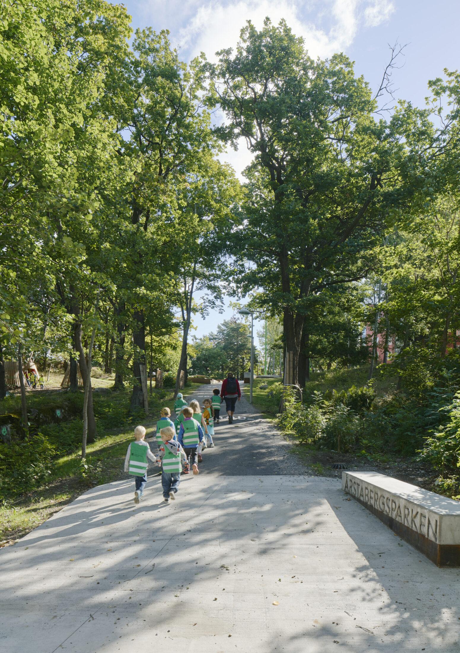 Årstabergsparken är omtyckt av förskolebarnen i området. Barnen promenerar in i parken.