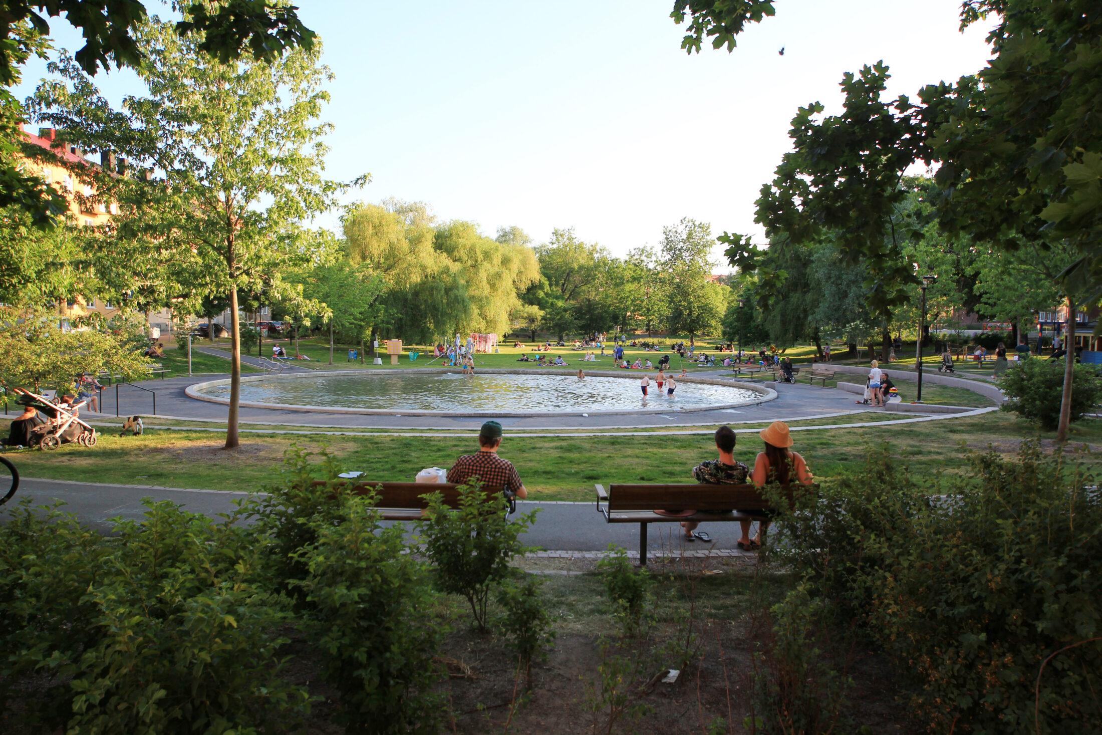 Lek för stora och små i Svandammsparken i Midsommarkransen, Stockholm