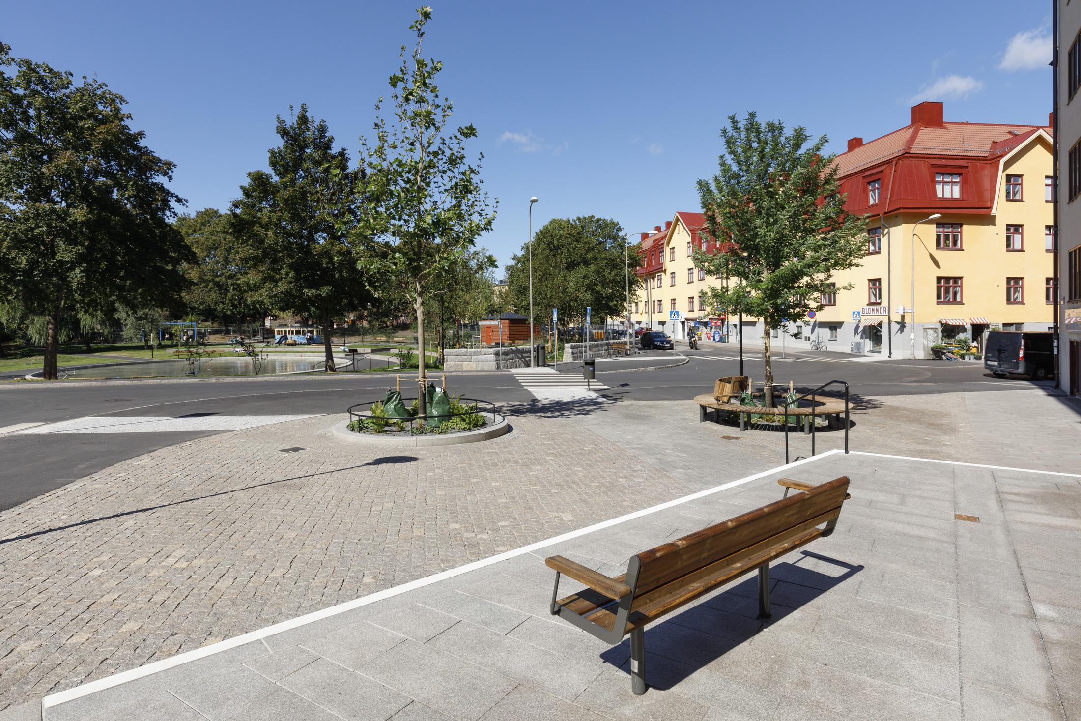 Utsikt över plaskdamm och lekplats i Svandammsparken