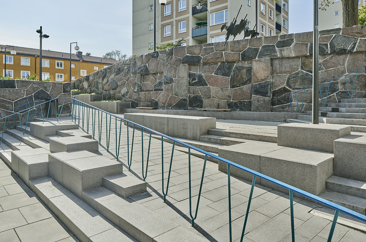 Kärrtorp Centrum, ramp räcke granitblock foto