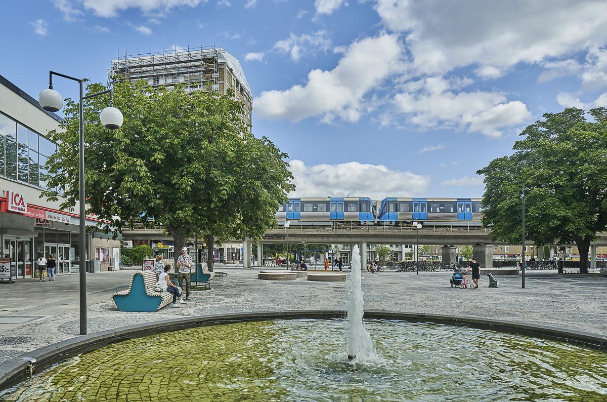 Kärrtorp centrum fontän tunnelbana i bakgrunden foto Åke Eson