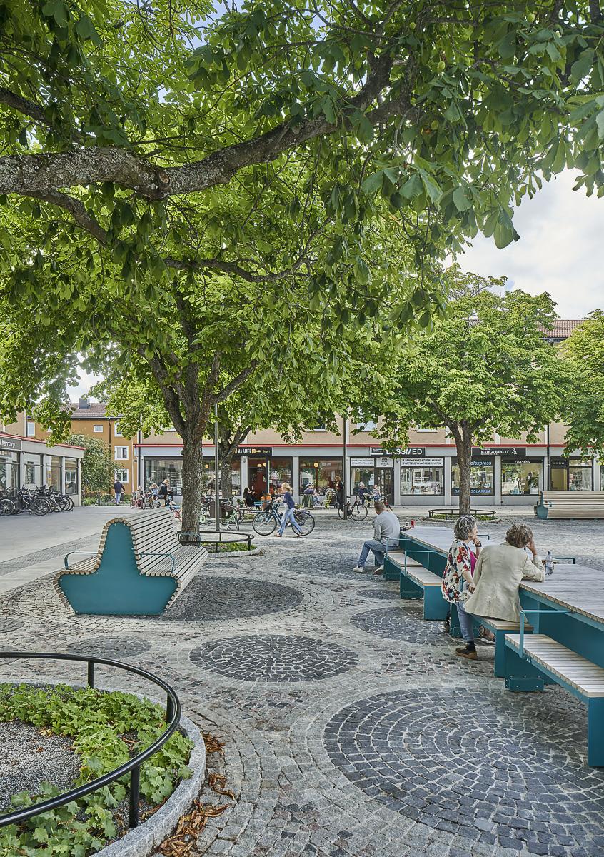 Kärrtorp centrum bänkar långbord foto Åke Eson