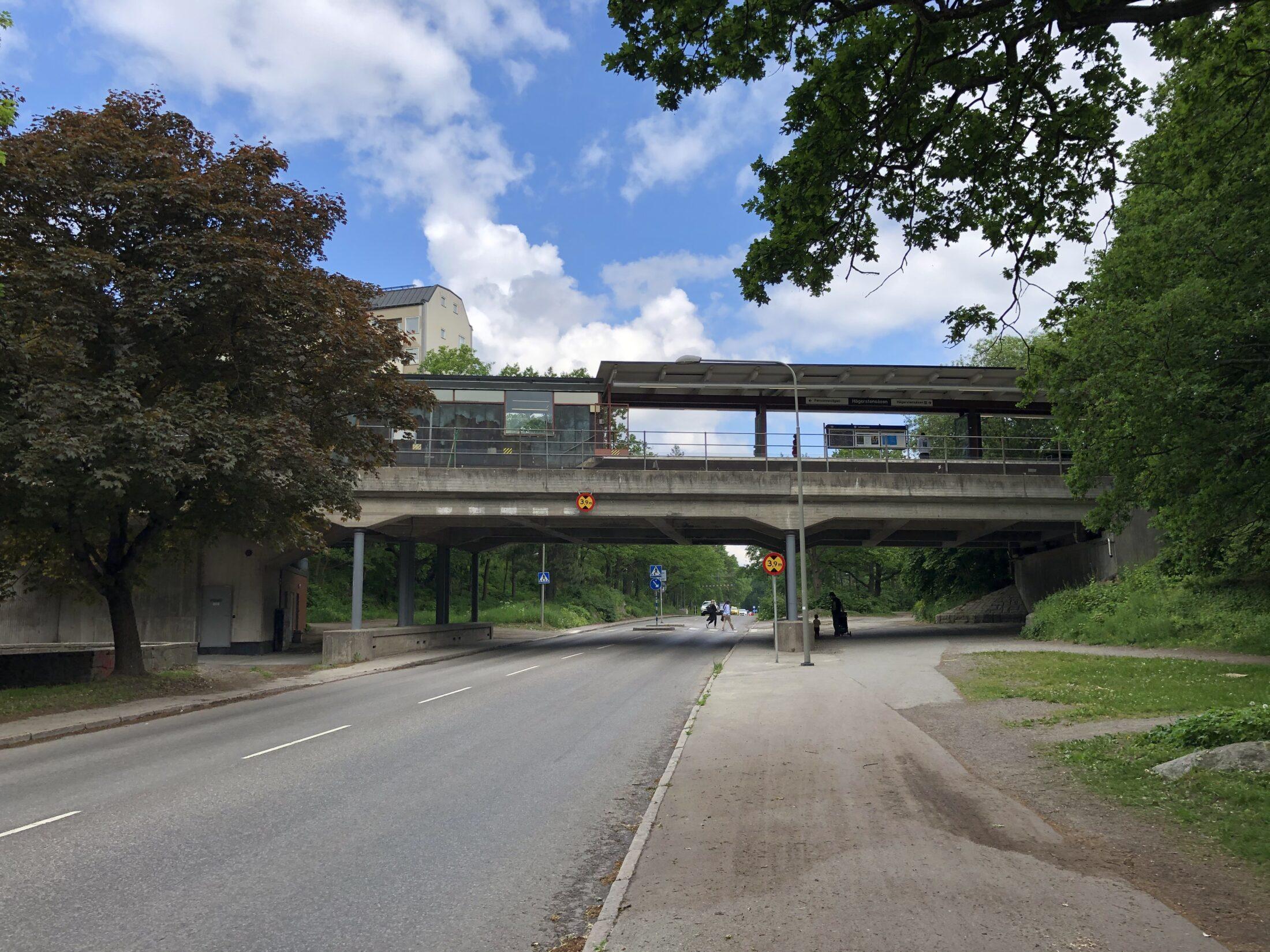 Personnevägen med tunnelbanebron över vägen